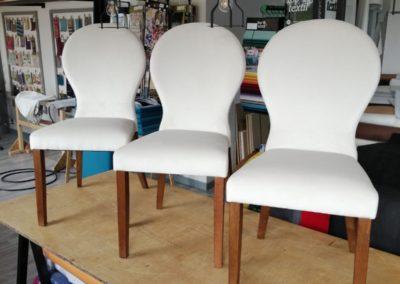kremowe krzesła