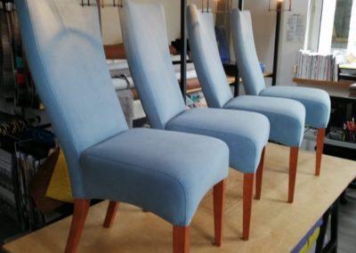 niebieskie krzesła
